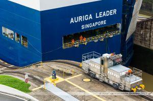 """Le """"Auriga Leader"""", navire """"Roro"""" de la compagnie japonnaise NYK, passant la dernière chambre de l'écluse de Miraflores sur le Canal de Panama, assisté par ses """"mules"""""""