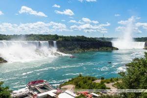 """De droite à gauche, les chutes Canadiennes, la cascade du """"Voile de la Mariée"""", les chutes américaines, le Rainbow Bridge"""