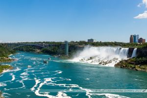 """Les chutes américaines et sur la droite la cascade du """"voile de la Mariée"""", ainsi que le Rainbow Bridge"""