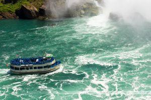 Bateau-croisière s'approchant des chutes canadiennes