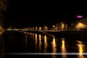 Illuminations 2015 : La Mayenne et ses quais. Au fond, la Basilique Notre-Dame d'Avesnières