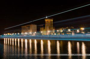 Le chenal des Sables d'Olonne, avec la Tour d'Arundel, pendant qu'un bateau de pêche rentre au port