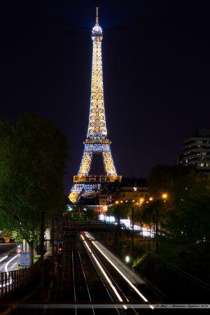 RER C sur les quais de Seine en direction de la Tour Eiffel