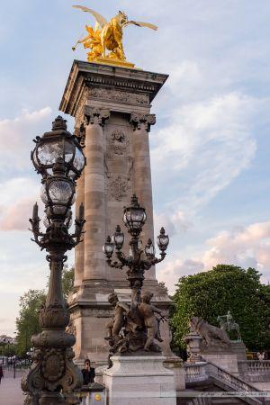 Pylonne d'entrée sur le Pont Alexandre III