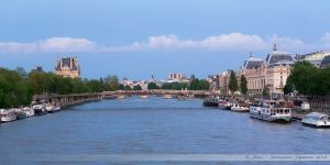 Vue sur la Seine depuis le Pont de la Concorde, avec de gauche à droite, Le Louvre, La Passerelle de Solférino, la Cathédrale Notre-Dame de Paris, le Musée d'Orsay