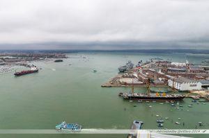 Partie amont du port de Portsmouth avec sur la gauche, un port de plaisance, au fond, la base navale et le terminal des ferrys, sur la droite, les arsenaux historiques, et enfin en bas, la gare. Vue depuis la Spinnaker Tower.