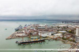 Les anciens arsenaux de Portsmouth avec notamment le HMS Warrior, ou plus loin, le HMS Victory de l'amiral Nelson.  Vue depuis la Spinnaker Tower.