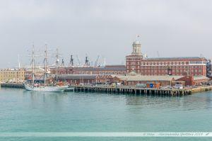 Les anciens arsenaux de Portsmouth vus depuis le chanal.