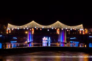 Les Lumières de Laval 2013 - Le Pont Aristide Briand avec sa voute étoilée et ornée de boules, avec au premier plan, les nouveaux jets d'eau colorés dans la Mayenne