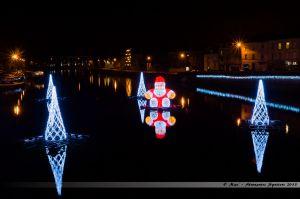 Les Lumières de Laval 2013 - Père Noël, entouré de sapins, flottant sur la Mayenne