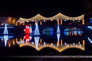 Les Lumières de Laval 2013 - Le Père Noël installé dans la Mayenne, contemplant le Pont Aristide Briand et sa voute étoilée