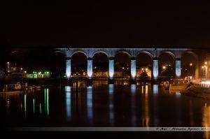 Les Lumières de Laval 2013 - Le Viaduc de Laval, sur la ligne SNCF Paris-Rennes, avec sur la gauche, la halte fluviale