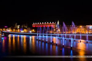 Les Lumières de Laval 2013 - Les jets d'eau colorés dans la Mayenne avec en fond le Vieux-Château et le Château-Neuf