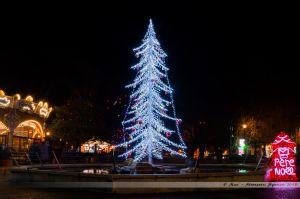 Les Lumières de Laval 2013 - Le sapin dans la fontaine de la Place du 11 Novembre, où se situe la boîte à lettres du Père Noël