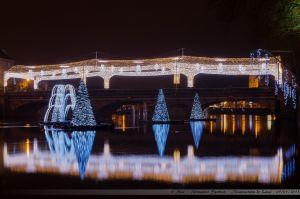 Les Lumières de Laval 2012 - Le Pont Aristide Briand avec sa voute étoilée, et les sapins illuminés flottants dans la Mayenne