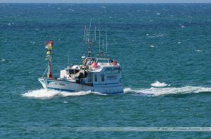 Le Paradisio rentrant au port des Sables et approchant le phare rouge
