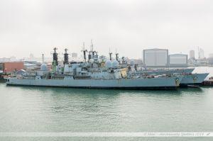 Anciens navires de la Royal Navy en cours de déconstruction dans les bassins du port militaire de Portsmouth