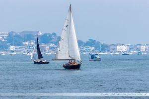 Voiliers naviguant dans le port de Poole