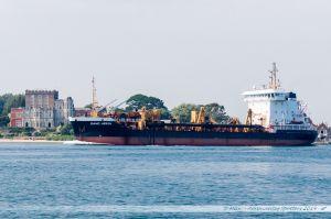 """Drague """"Sand Heron"""" quittant le port de Poole. Du fait de son constant envasement, un dragage permanent du port est nécessaire pour maintenir son activité"""