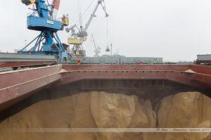 Soutes et pont du Rosco Palm sous les grues portuaires en action