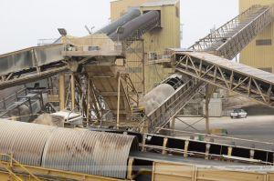Tapis transporteurs et ascensseurs acheminant depuis le quai et vers les silos, les tourteaux de soja débarqués