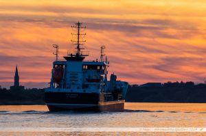 La Stellamaris, navire sablier, en route vers la mer après avoir déchargé son sable à Cheviré