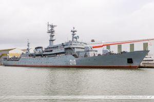 Le navire école russe Smolny servant d'hôtel aux 450 marins russes dans l'attente de la livraison des BPC