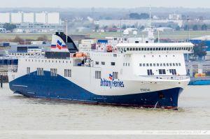Ferry Etretat de la Brittany Ferries en cours de manoeuvres au terminal Ro-Ro de Montoir-de-Bretagne