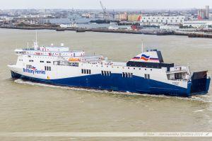 Ferry Etretat de la Brittany Ferries quittant le port de St Nazaire-Montoir en passant devant les Chantiers de l'Atlantique