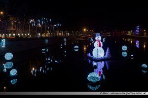 Les Lumières de Laval 2014 - Bonhomme de neige flottant sur la Mayenne