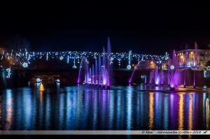 Les Lumières de Laval 2014 - Les jets d'eau colorés dans la Mayenne devant le Pont Aristide Briand orné de lutins et de boules de neige