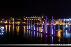 Les Lumières de Laval 2014 - Le Vieux-Chateau, le Château-Neuf et les jets d'eau colorés sur la Mayenne
