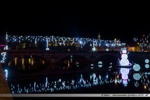 Les Lumières de Laval 2014 - Le Pont Aristide Briand illuminé par sa voute, sous le regard du bonhomme de neige flottant sur la Mayenne