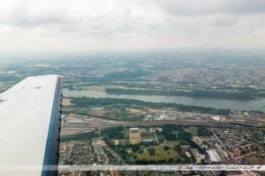 Vu du Ciel : Parc du Grand-Blottereau et zone industrielle de la Prairie de Mauves. Sur l'autre rive, Haute et Basse Goulaine,, avec sur la droite, St Sebastien sur Loire.