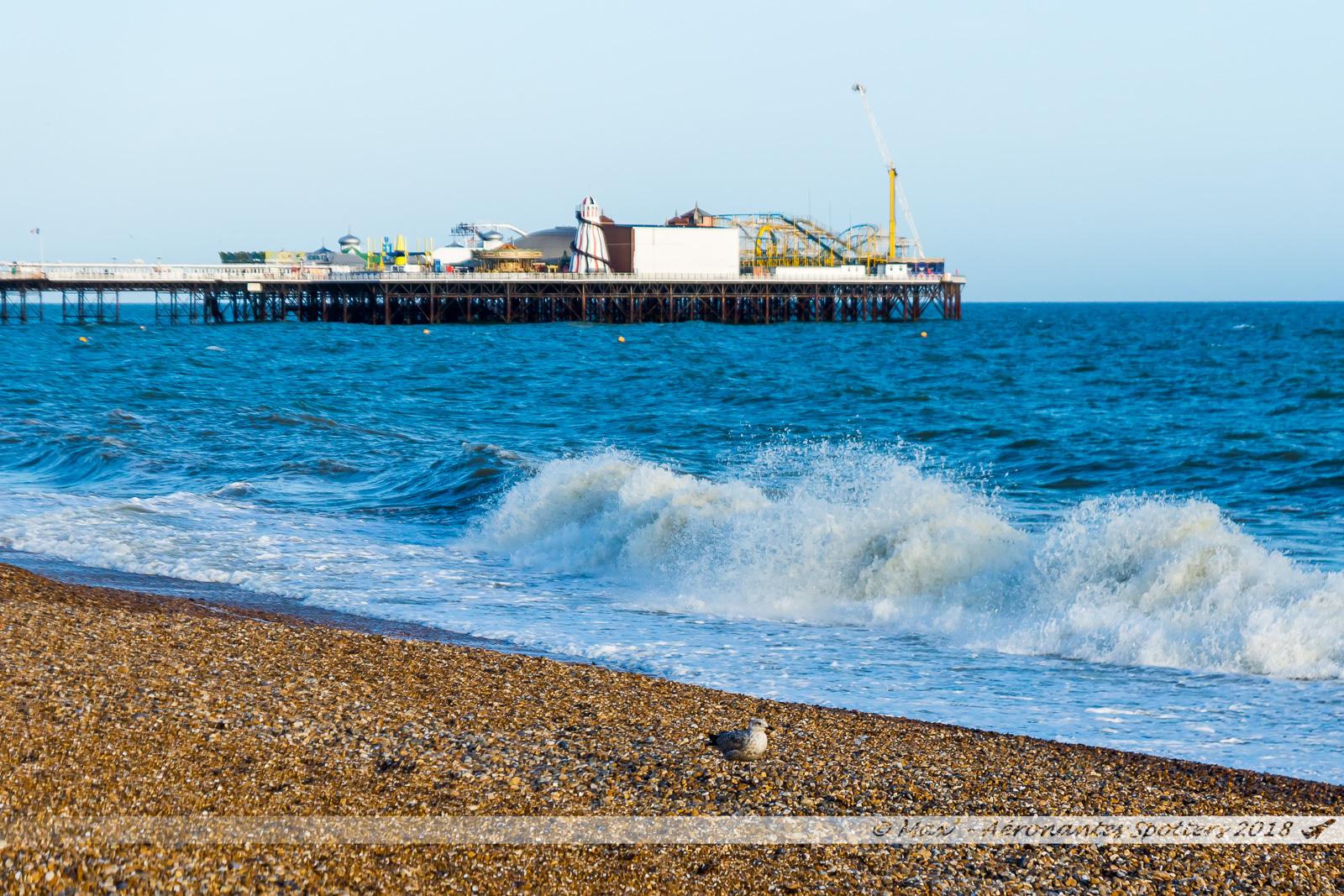 Vagues sur la plage de galets de Brighton, et vue sur le Pier