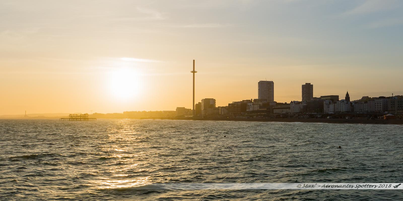 Couché de soleil sur la baie de Brighton et sa tour British Airways I360, vu depuis le Brighton Pier