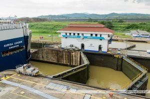 """Le """"Auriga Leader"""", navire """"Roro"""" de la compagnie japonnaise NYK, passant la dernière chambre de l'écluse de Miraflores sur le Canal de Panama"""