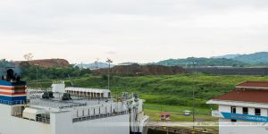 De l'autre côté de l'écluse, le nouveau canal et sa nouvelle écluse en cours de construction.