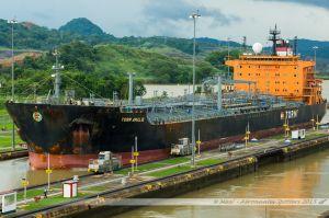 Le chimiquier Torm Amalie approchant la première chambre de l'écluse de Miraflores sur le Canal de Panama