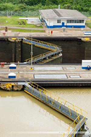 Les portes principales de l'écluse de Miraflores sur le Canal de Panama