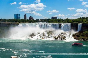 """Les chutes américaines et sur la droite la cascade du """"voile de la Mariée"""""""