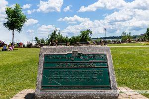 Stèle dans le parc de Niagara Falls