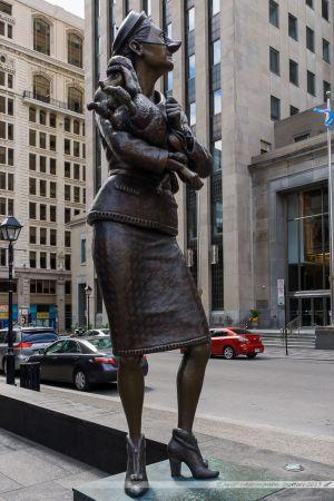 Sculptures satiriques en bronze de l'artiste québécois Marc André Jacques Fortier, sur la société de consommation