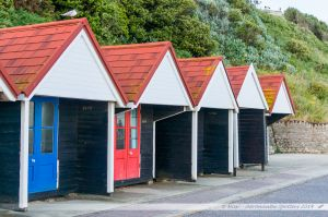 Cabines de plage entre la falaise et la mer à Bournemouth