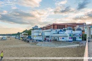 L'océarium et la salle des congrès vue depuis la plage