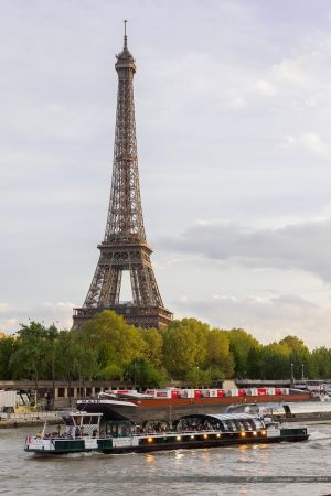 Vedette de Paris, péniche et Tour Eiffel depuis le Pont de l'Alma