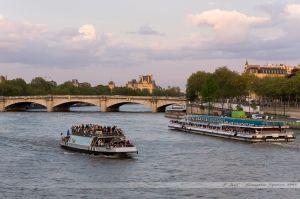 Croisement de Bâteaux-Mouches sur la Seine en amont du Pont Alexandre III