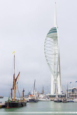 "La ""Spinnaker Tower"" surplombant la marina de Portsmouth"