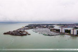Le port de plaisance de Portsmouth. Au fond, le Solent qui sépare l'île de Weight du reste des îles britanniques. Vue depuis la Spinnaker Tower.