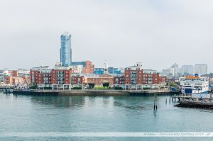 The Vulcan Building, East Side Plaza Tower, et terminal ferry pour l'île de Weight. Vus depuis le chenal